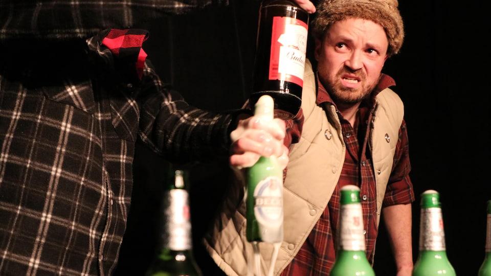 Un homme porte un chapeau et tient dans ses mains une bière qui mousse énormément.