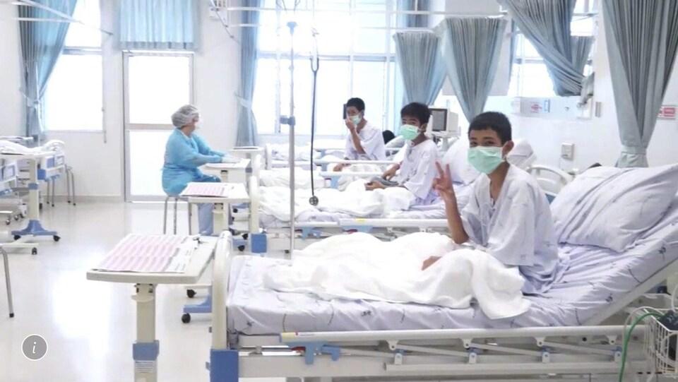 Trois jeunes Thaïlandais dans une chambre d'hôpital