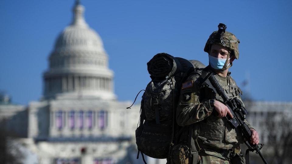 Un soldat armé devant le Capitole.