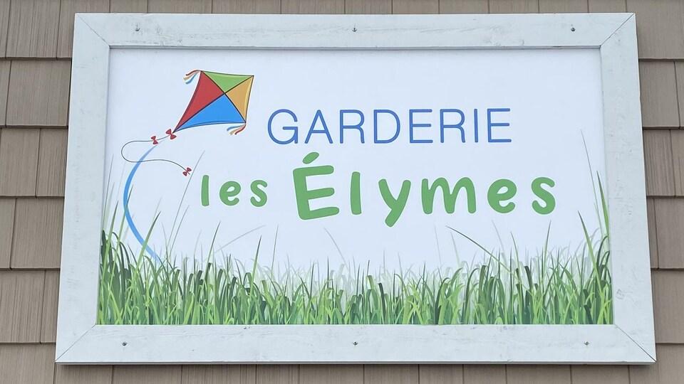 """Une pancarte où s'est inscrit: """"Garderie les Élymes"""""""
