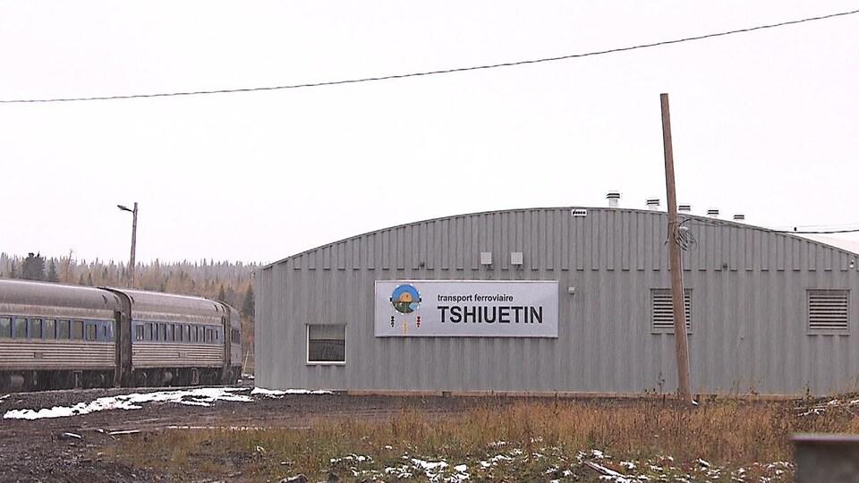 La gare du chemin de fer Tshiuetin, reliant Schefferville à Sept-Îles.