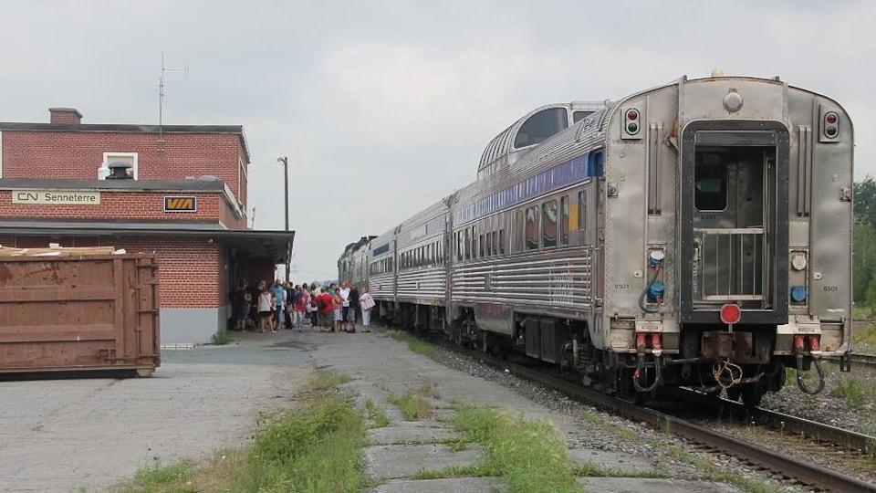 Un train passager à la gare de Senneterre.