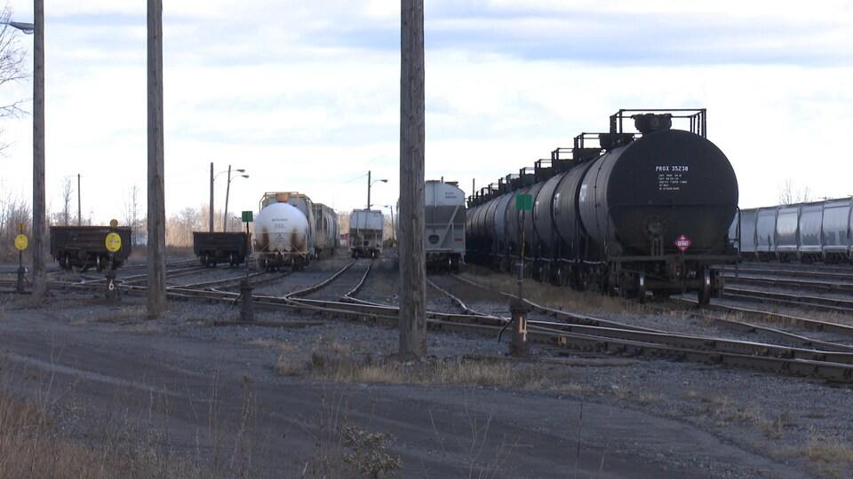Des trains et des voies ferrées.