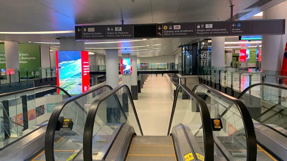 Des escaliers mécaniques qui donne sur le nouveau hall de la gare Union.