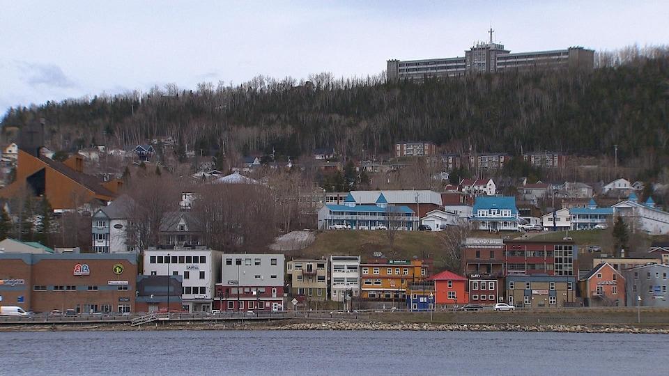 Commerces et habitations à Gaspé.