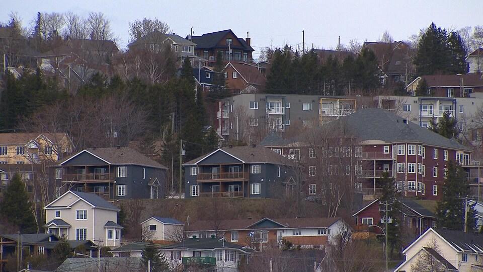 Vue sur des immeubles de logements dans la ville de Gaspé.