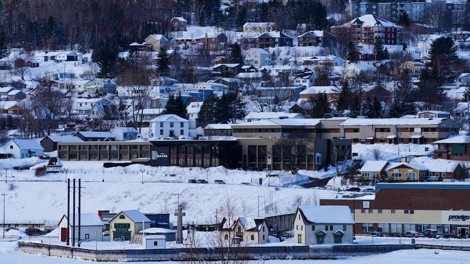 Vue sur le centre-ville de Gaspé en hiver