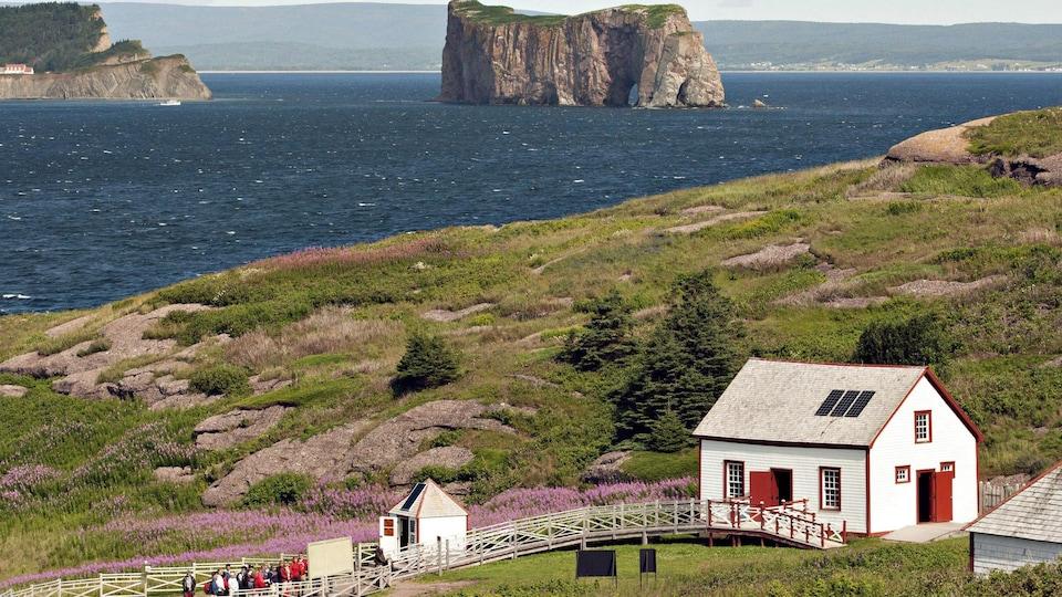 Une photo de l'île Bonaventure avec une vue sur le rocher Percé, en Gaspésie.