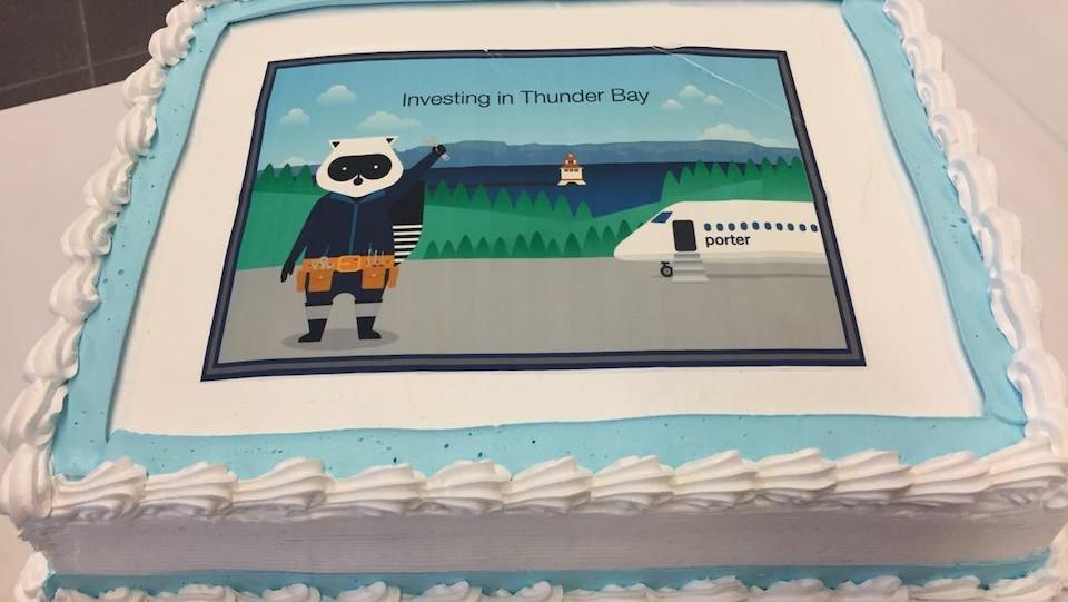 Un gâteau décoré aux couleurs d'une compagnie aérienne.
