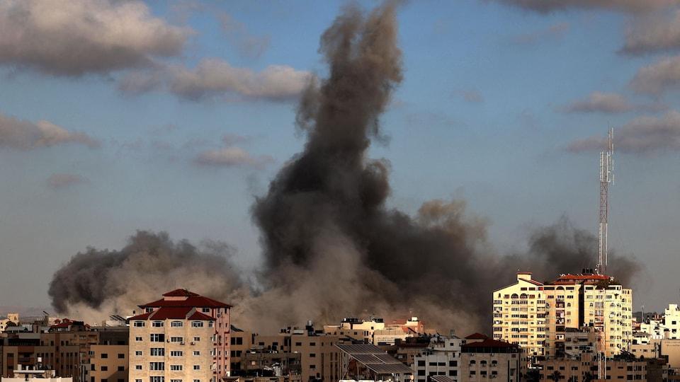 De la fumée au-dessus d'un site au milieu d'un quartier résidentiel à Gaza bombardée par l'armée israélienne.