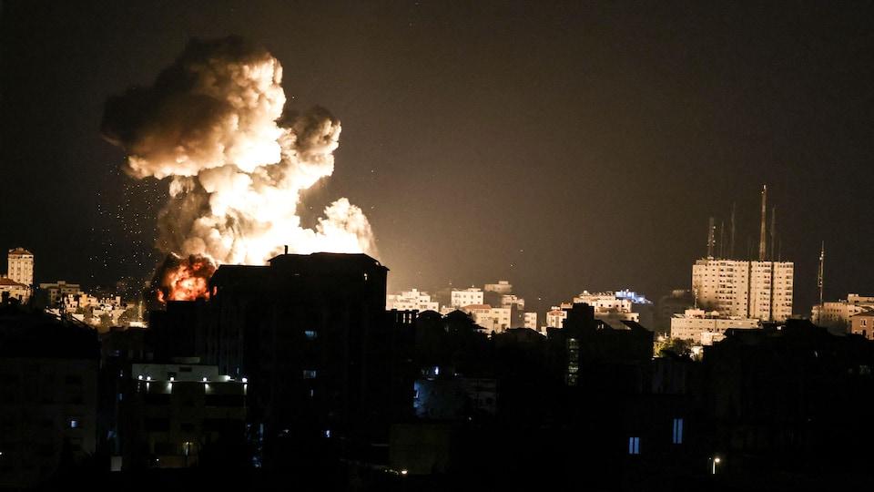 Des immeubles sont éclairés par une explosion dans un quartier.