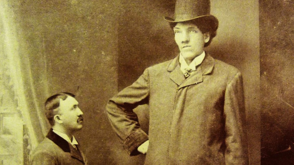Deux hommes sur une vieille photo dont le Géant Beaupré