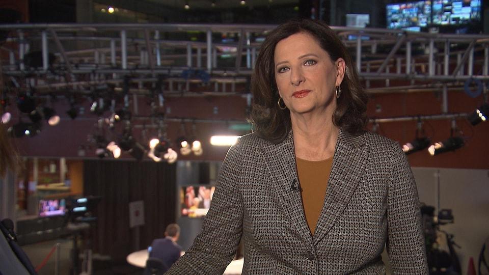 Geneviève Asselin dans une salle de nouvelles.