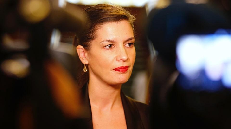 Geneviève Guilbault devant les caméras en mêlée de presse.