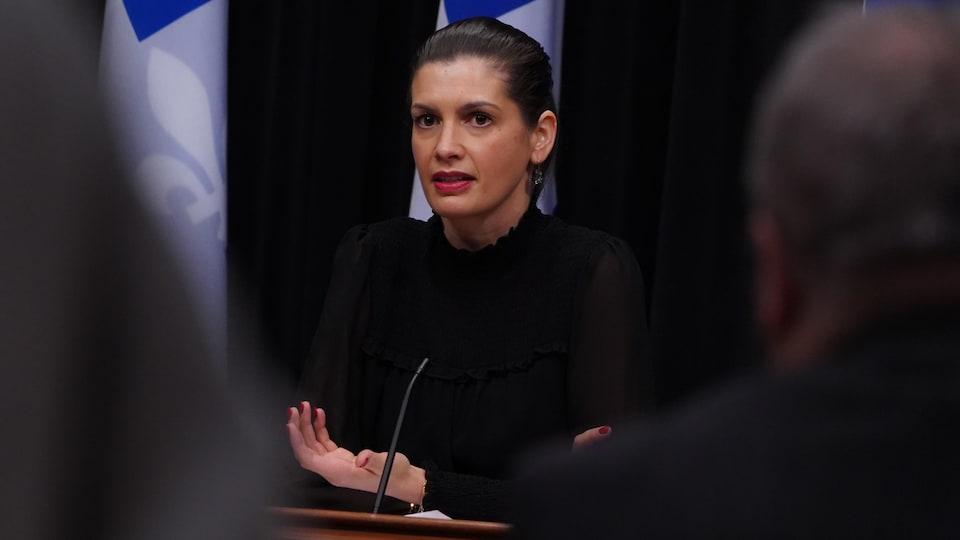Geneviève Guilbault assise durant un point de presse.