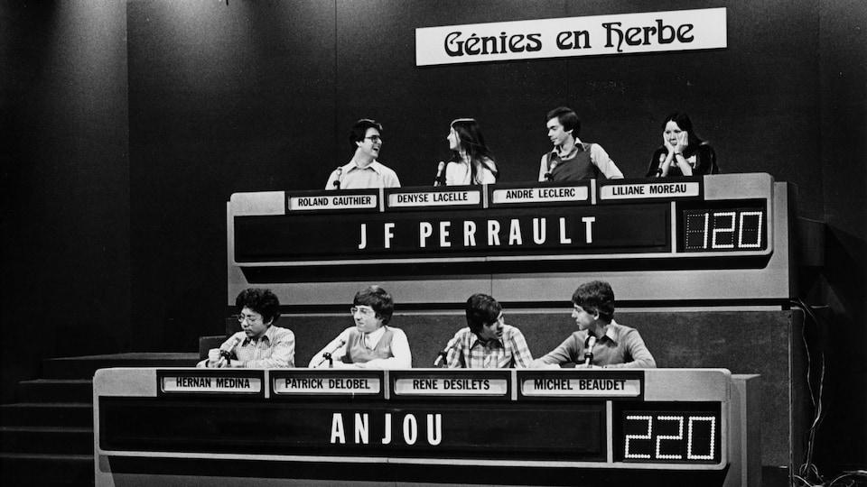 Dans un studio de télévision, les participants de l'école secondaire Joseph-François-Perreault (Roland Gauthier, Denyse Lacelle, André Leclerc, Liliane Moreau) et les participants de la polyvalente d'Anjou (Hernan Medina, Patrick Delobel, René Désilets et Michel Beaudet).