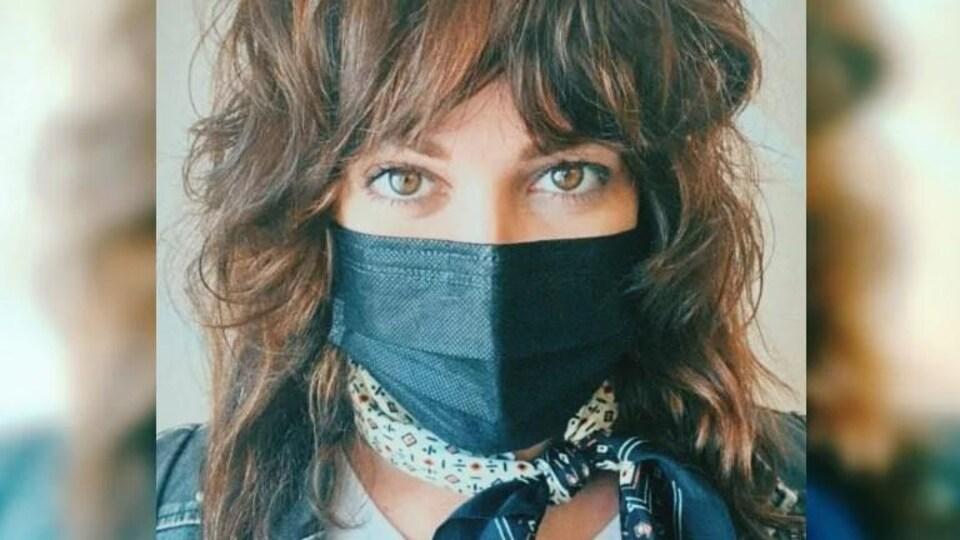 Sierra Noble avec un masque au nez.