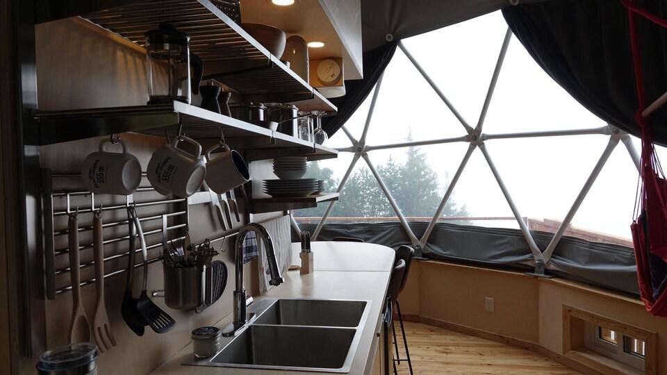 Des équipements sont installés dans la cuisine qui offre une vue sur la baie des Chaleurs.