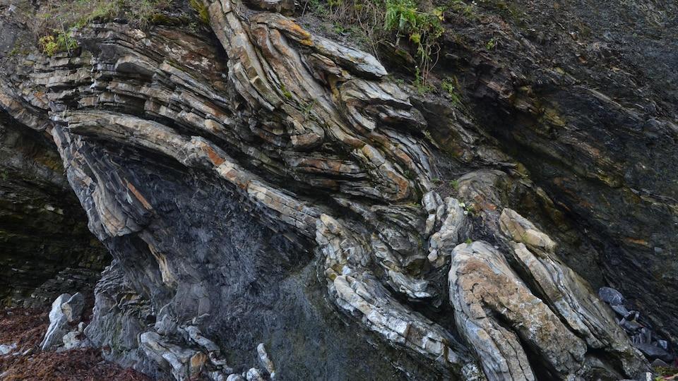 Couches de roches plissées dans tous les sens.