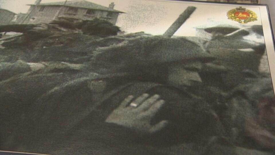 Une photo de George Baker qui met la main sur l'épaule d'un camarade.