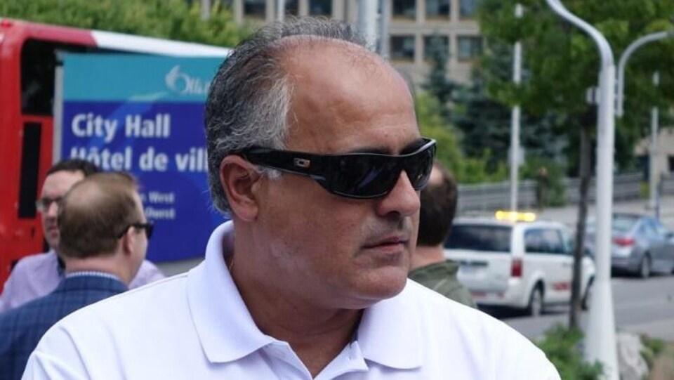 George Darouze devant l'hôtel de ville d'Ottawa.