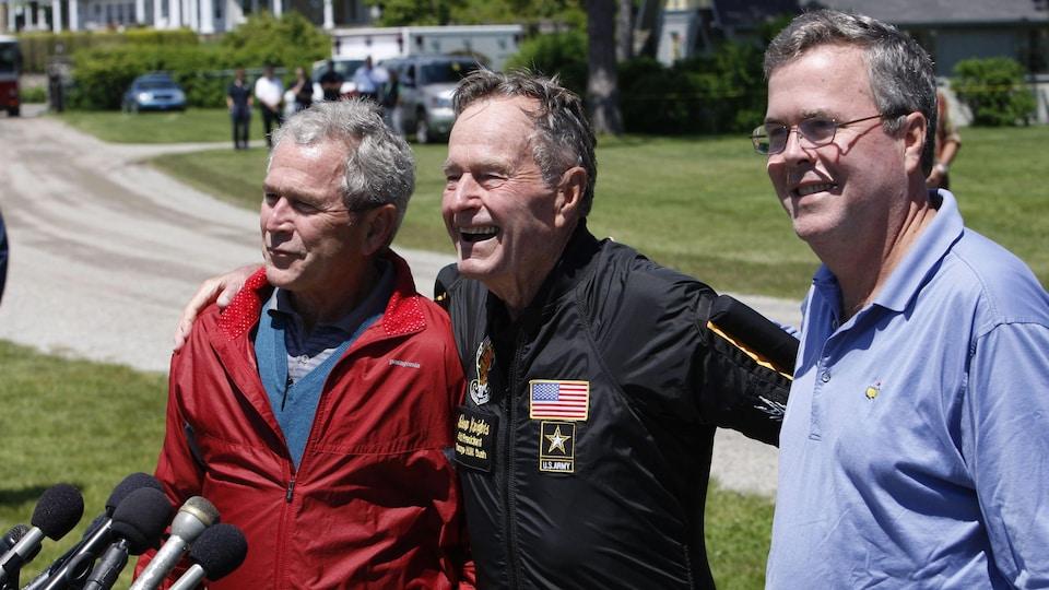 L'ex-président américain George H. W. Bush (centre) photographié en 2009 en compagnie de ses fils George W. Bush (gauche) et Jeb Bush.