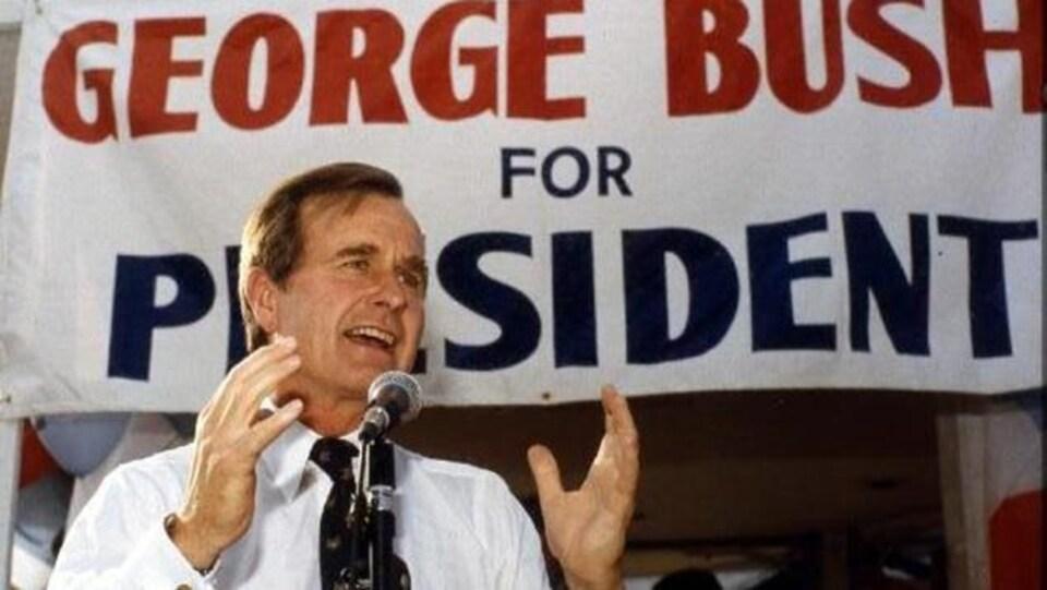 George H. W. Bush parle sur une tribune en période de campagne électorale.