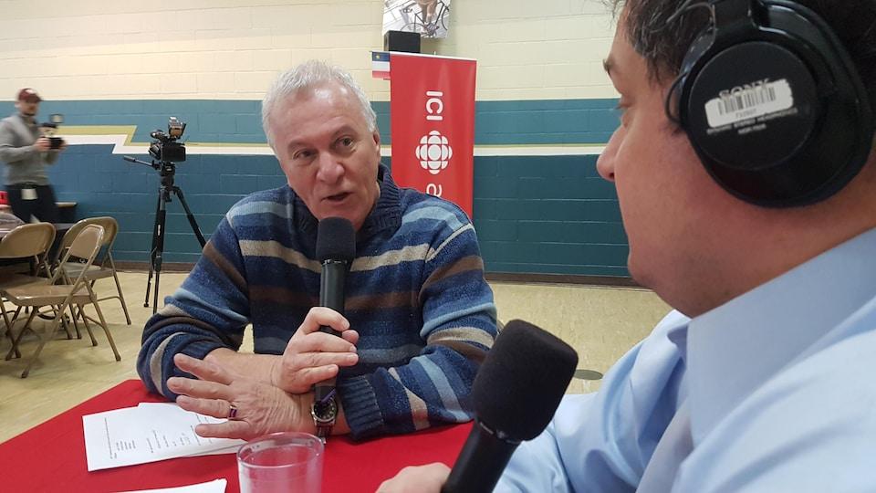 L'historien Georges Arsenault discute avec l'animateur Denis Duchesne pendant l'émission du Réveil de l'Île-du-Prince-Édouard.