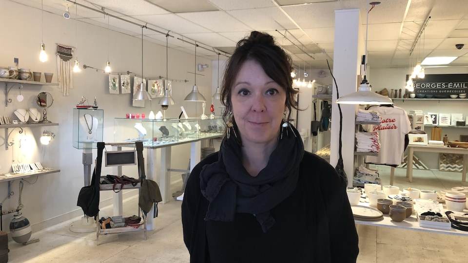 Marie-Josée Pineault pose dans sa boutique