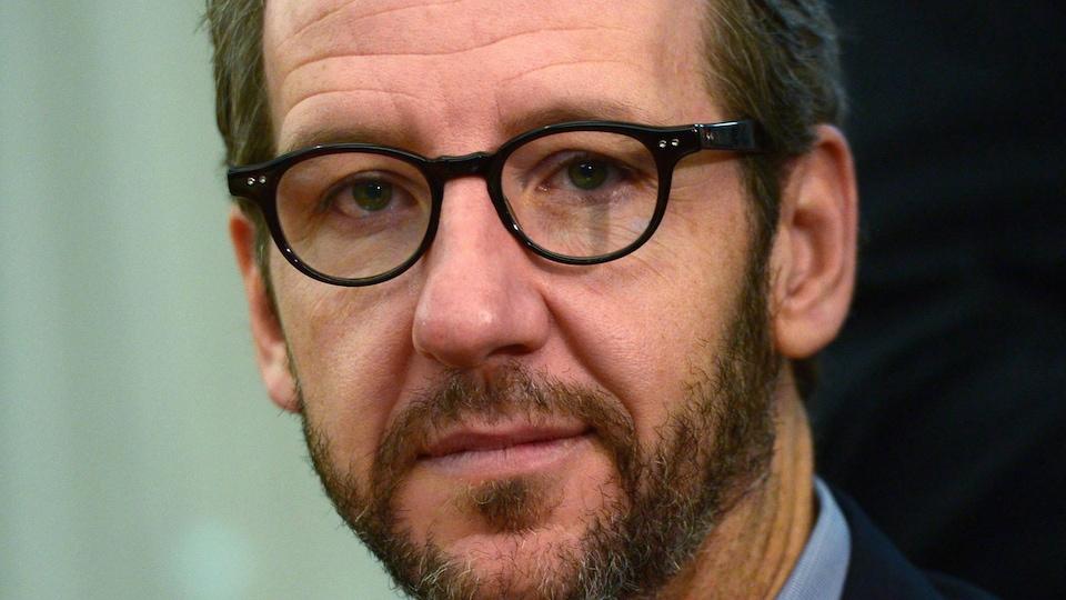 Gerald Butts a démissionné en raison d'allégations  d'ingérence du cabinet du premier ministre pour empêcher une poursuite criminelle contre SNC-Lavalin.