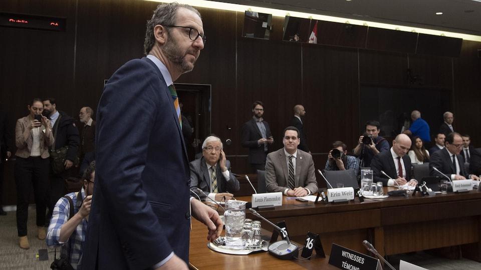 Gerald Butts s'apprête à s'asseoir devant plusieurs membres du comité.