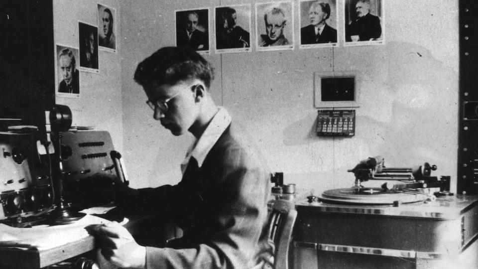 Le jeune Gérard D. Lévesque travaille en studio.