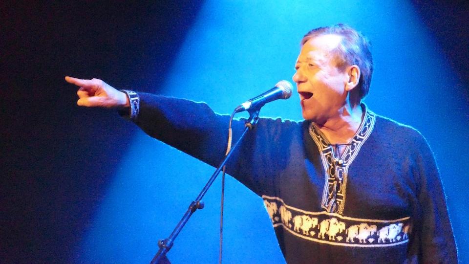 Un homme chantant sur scène