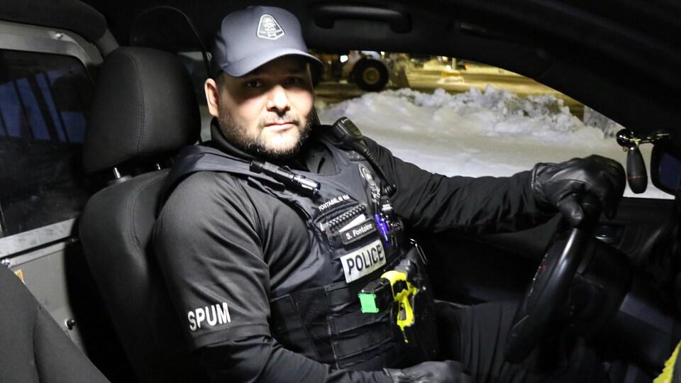 Un agent de police au volant de son autopatrouille