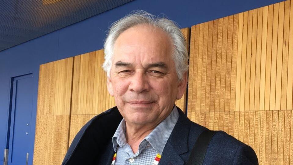 Le chef de l'Assemblée des Premières Nations du Québec et du Labrador sourit à la caméra.