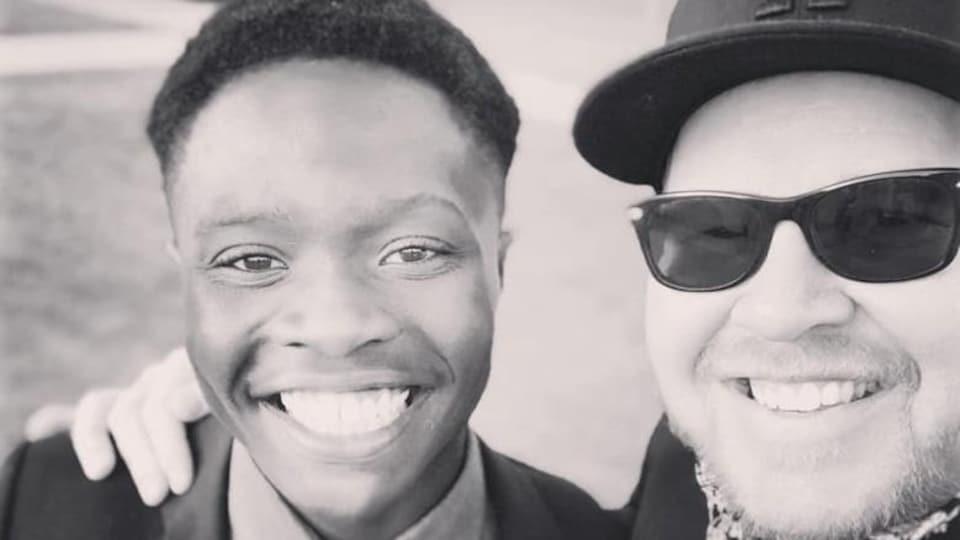 Plan serré du visage de Gilbert Kagabo et de Cowrin Thiessen.