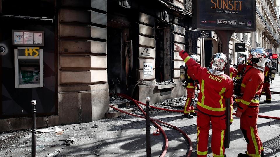 Des magasins pillés et incendiés sur les Champs-Elysées —
