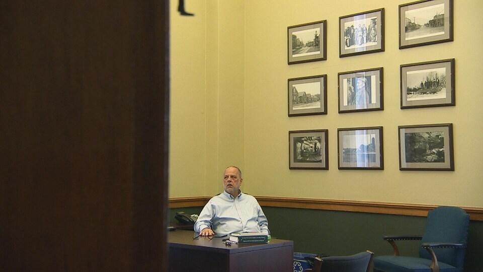 Gilles Bisson à son bureau.