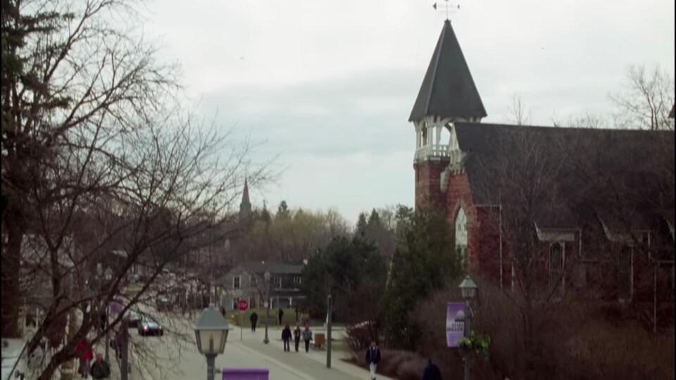 Capture d'écran de la scène d'ouverture des Gilmore girls qui donne la vue sur l'église d'Unionville.