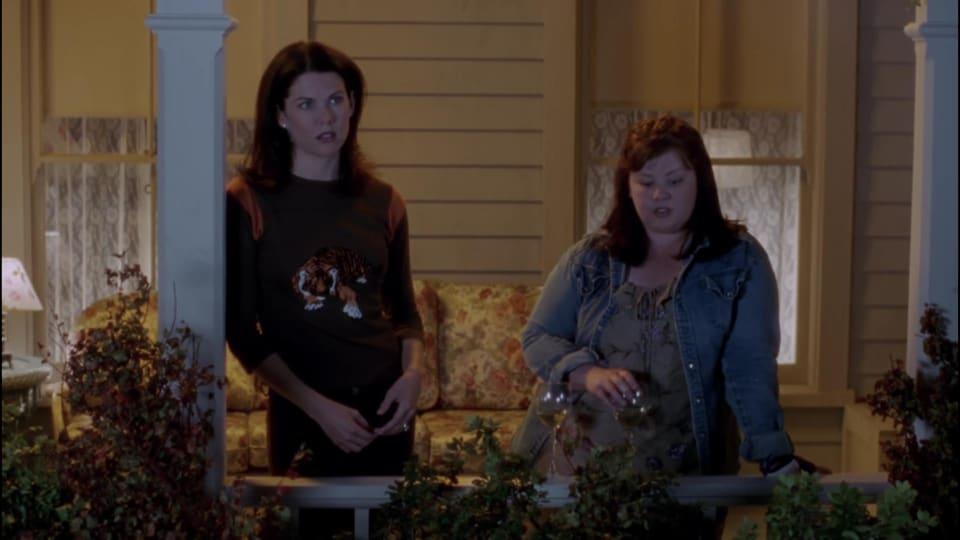 Capture d'écran d'une scène filmée de l'extérieur de la maison de Lorelai du. premier épisode des Gilmore girls.