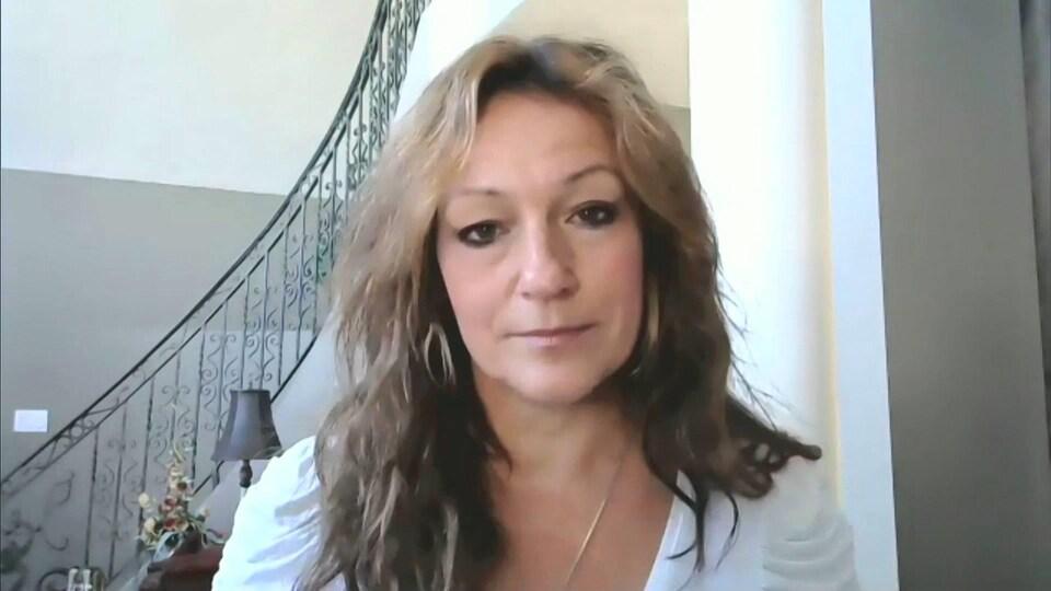 Ginette Pellerin devant une webcam.