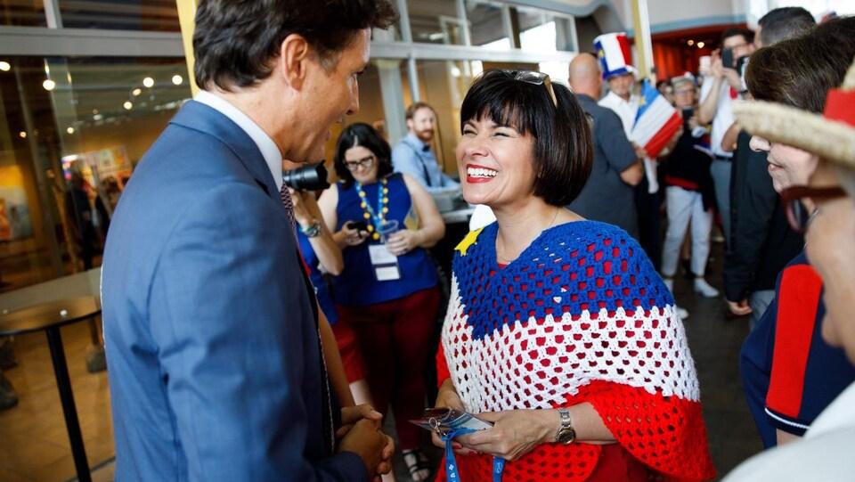Ginette Petitpas Taylor habillée aux couleurs de l'Acadie avec Justin Trudeau.