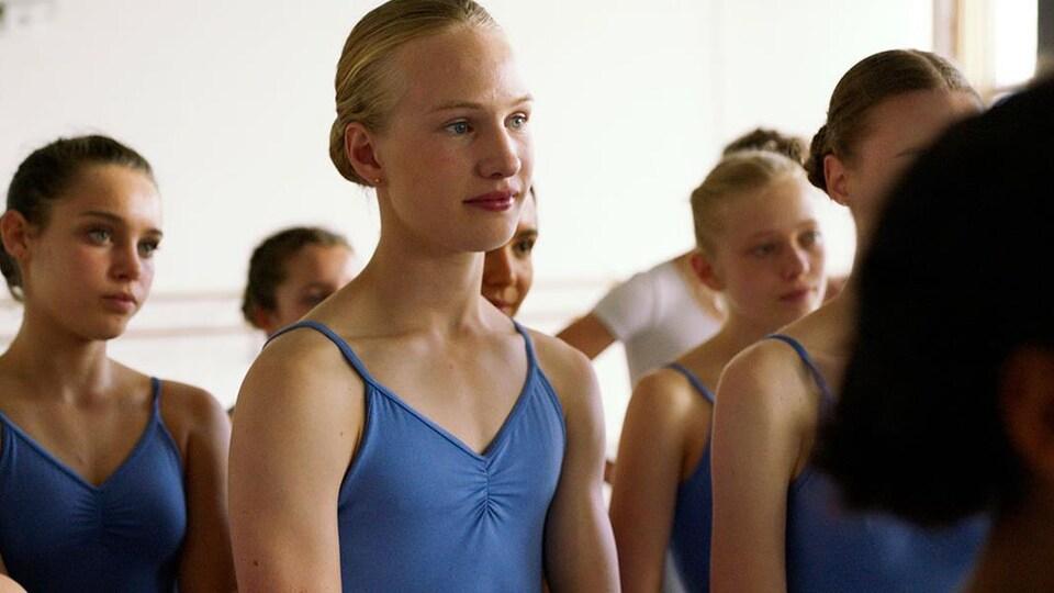 L'acteur dans un salle de cours de danse dans son justaucorps bleu