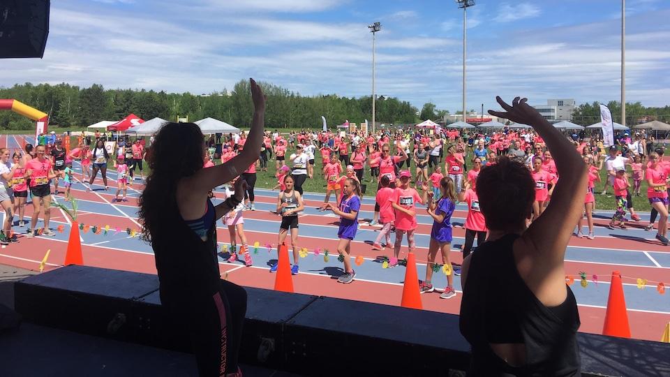 Des filles et des femmes sur un terrain de sport