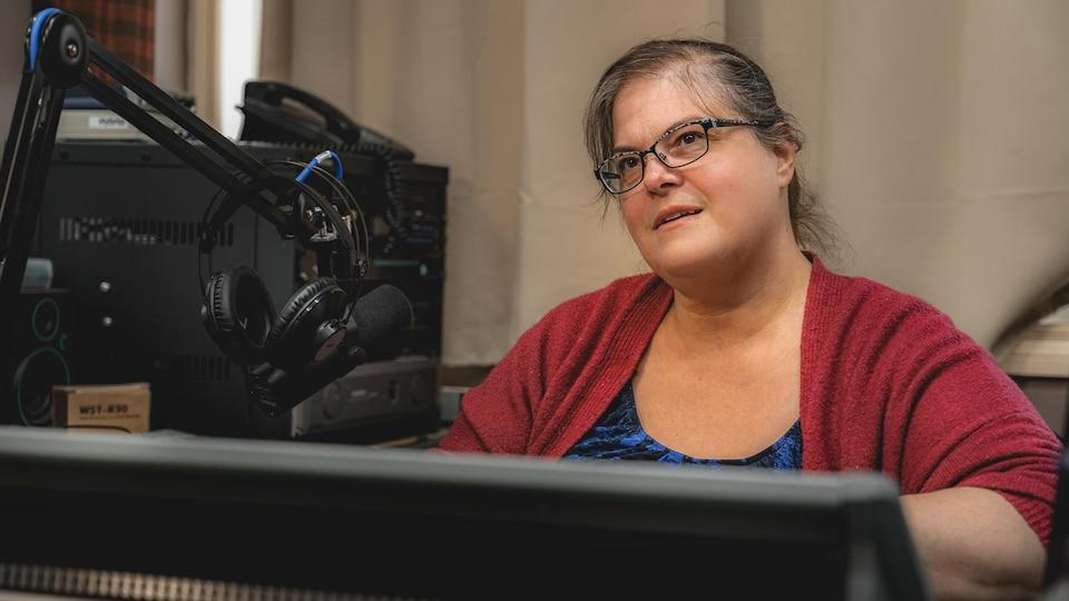 Gisèle Bouchard est assise derrière son micro, en studio.