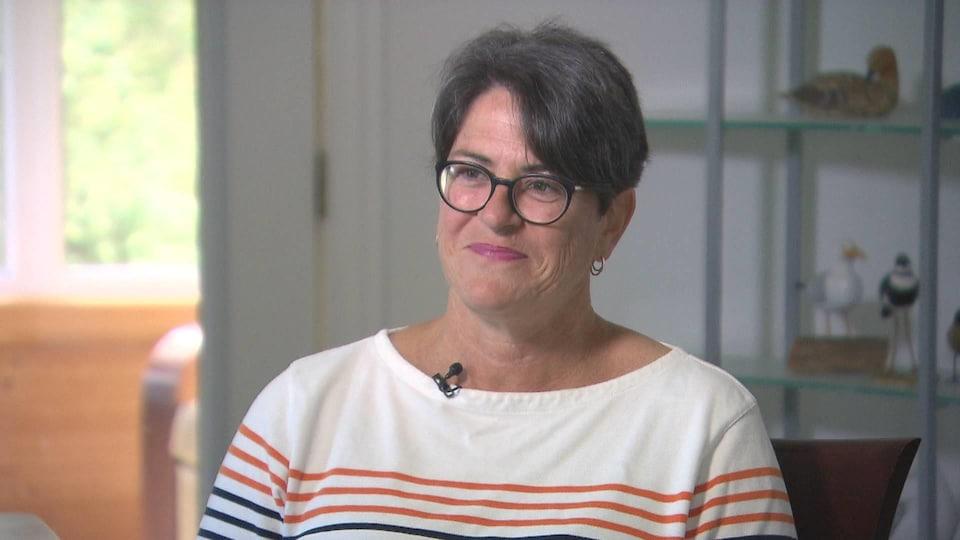 Gisèle Lévesque assise pour une entrevue à la télévision.