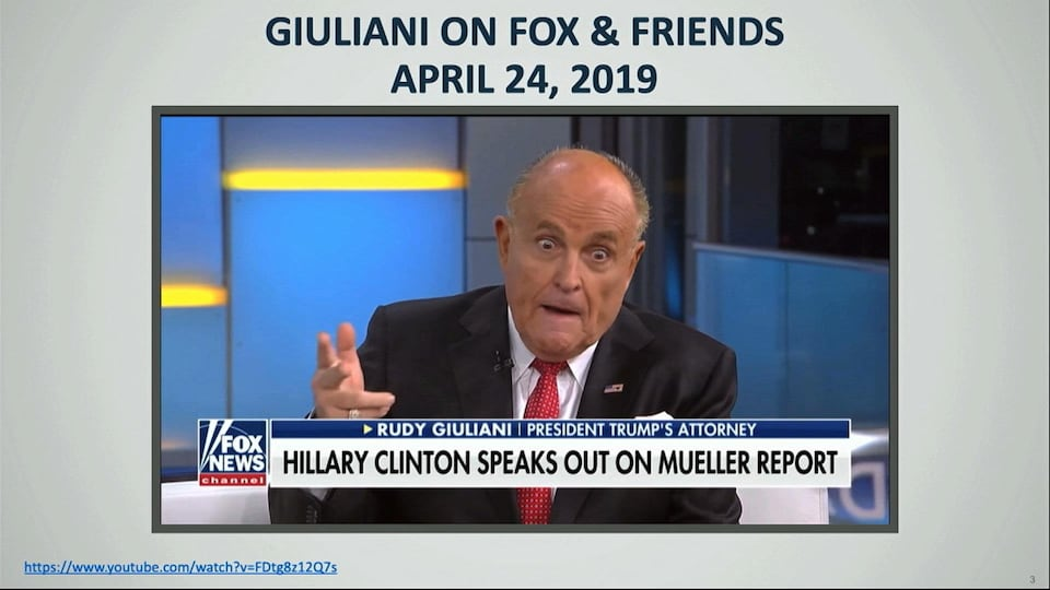 Rudy Giuliani, la main levée, l'air un peu hébété, est en entrevue sur le réseau Fox News
