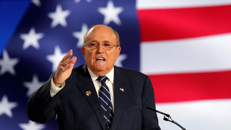 Rudy Giuliani prend la parole devant un drapeau américain.