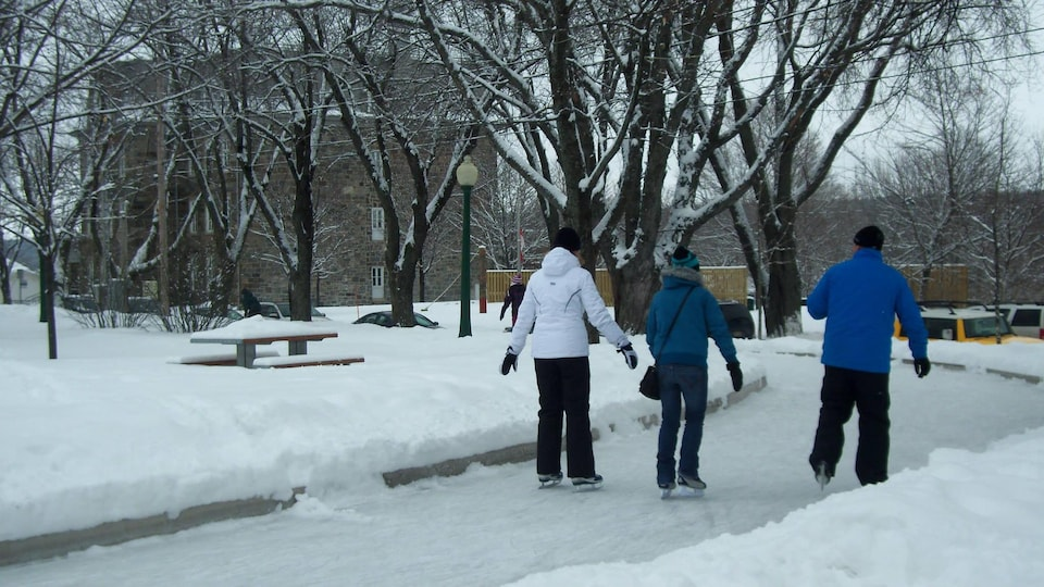 Des patineurs au centre-ville de Rivière-du-Loup.