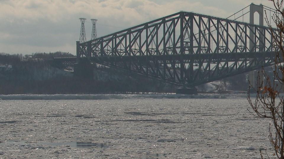 Les glaces sous les ponts de Québec et Pierre-Laporte.